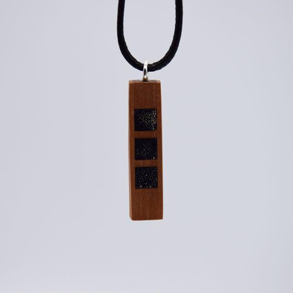 pendentif bois resine en alisier 3 carrés micro billes